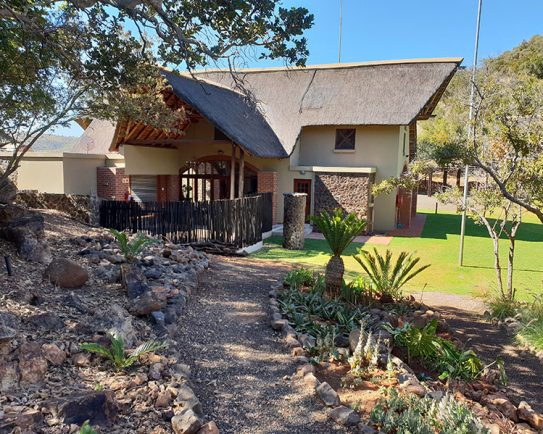 Zwartkloof-selfcatering-lodge-path-view-1